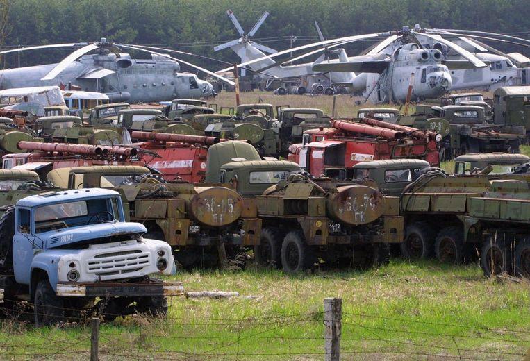De voertuigen die werden gebruikt om de kernreactor te blussen en schoon te maken staan nu allemaal te verroesten. Beeld epa
