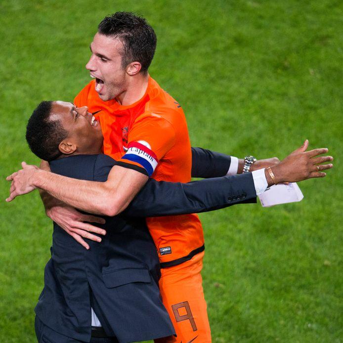 2013: Robin van Persie is na zijn goal tegen Hongarije de nieuwe topscorer aller tijden en viert dat met zijn voorganger Patrick Kluivert.