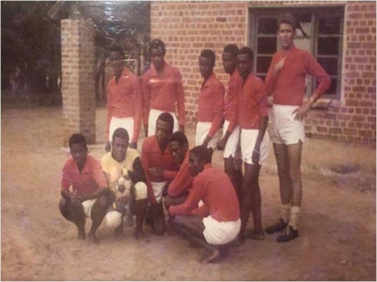 Herman Janssen met het voetbalteam van de school. Beeld Privébezit