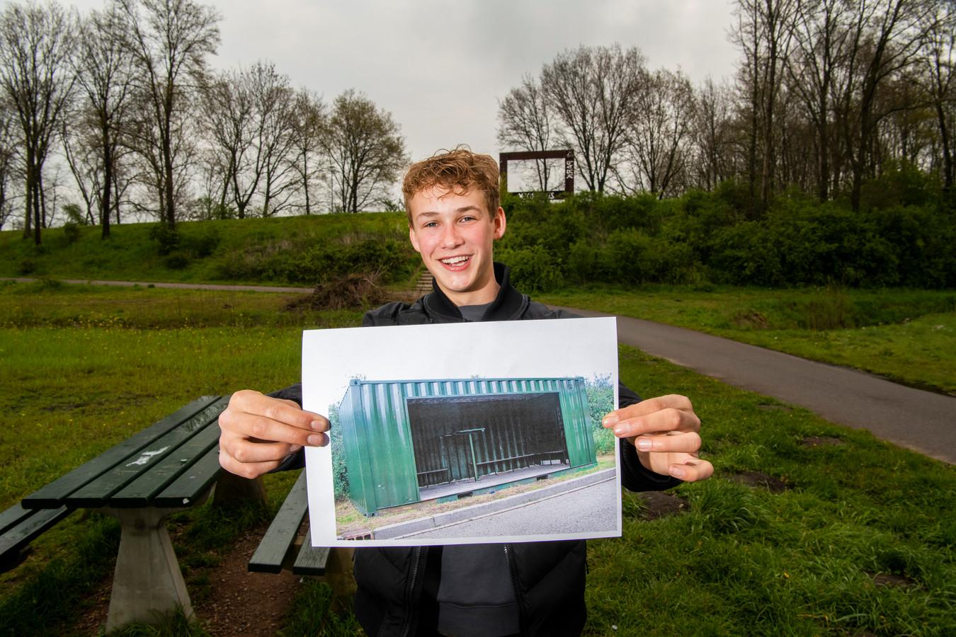 Lukas ten Napel met de zeecontainer die bestemd is voor park Zuidbroek. De 17-jarige Apeldoorner is dolblij.
