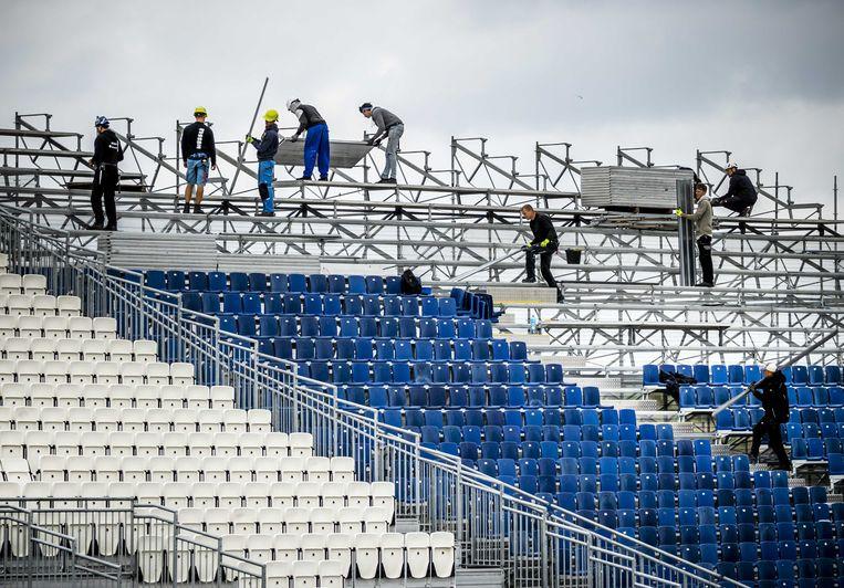 Werknemers bouwen aan een tribune op Circuit Zandvoort. Beeld ANP