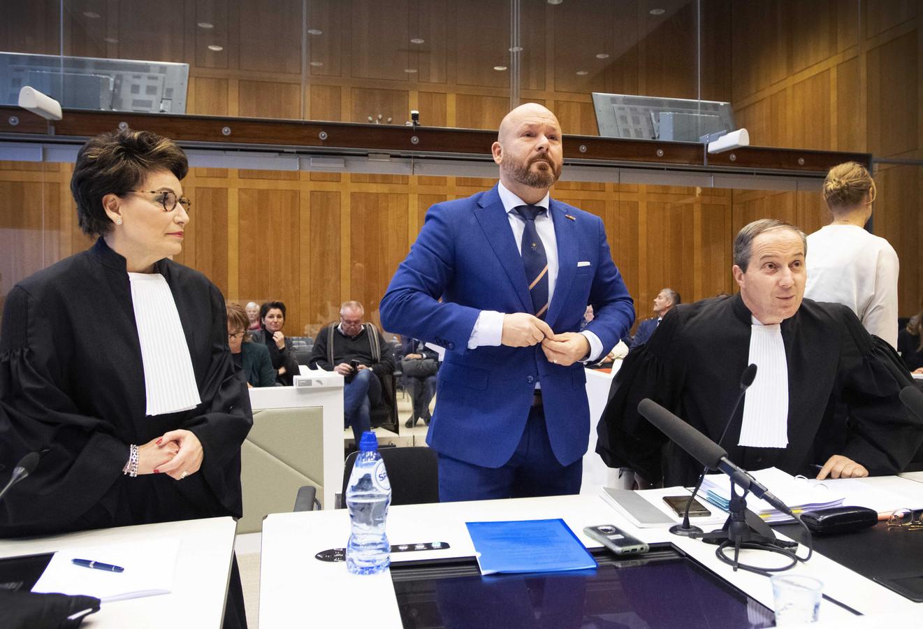 Marco Kroon en zijn advocaten Geert-Jan en Carry Knoops tijdens de zitting in de rechtbank. De drager van de Willems-Orde hoort vandaag om 13.00 uur wat de rechter vindt van zijn vermeende misdragingen.
