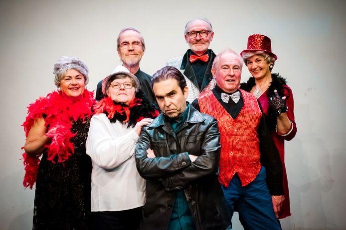 De cast van 'Vallende sterren' is er klaar voor. Op zaterdag 7 december beginnen de 'Vallende sterren' aan hun speelreeks in Theater De Roxy in Sint-Truiden.