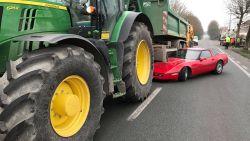 Corvette boort zich onder kar van tractor, bestuurder loopt hoofdwonde op
