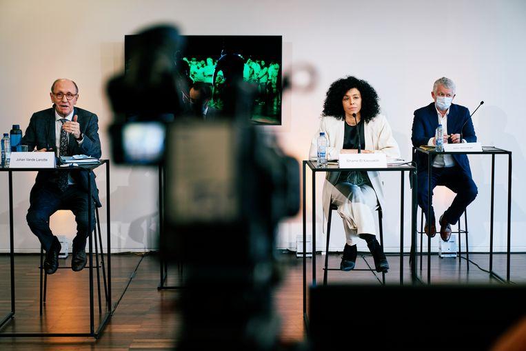 Johan Vandelanotte (l) aan de zijde van Sihame El Kaouakibi tijdens een persconferentie over de mogelijk subsidiefraude van de politica. Beeld Joris Casaer