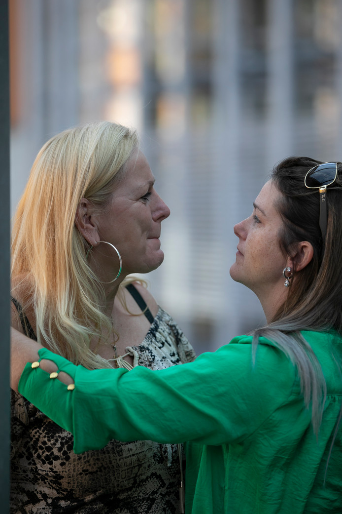 Jolanda van der Weijden (links) wordt gesteund door een vriendin.
