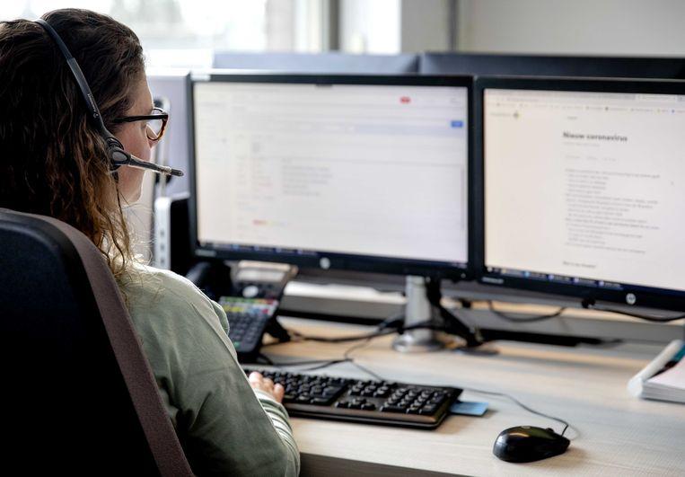 Een medewerkster van de huisartsenpost Eemland achter een digitale huisartsenpost. De post geeft digitaal consult om werklast en kans op besmetting met het coronavirus te verminderen. Beeld ANP