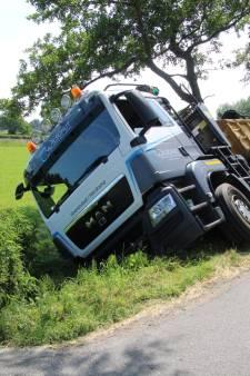 Vrachtwagen moet uitwijken voor tegenligger en glijdt in berm in Lunteren
