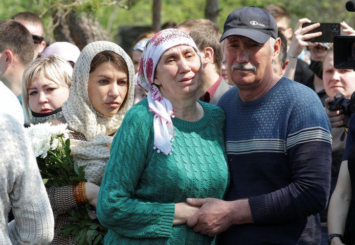 Persone in lutto sulla tomba dell'insegnante Elvira Ignatieva.