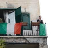 Vanaf balkons in Italië schettert het: Virus, je krijgt ons niet klein!