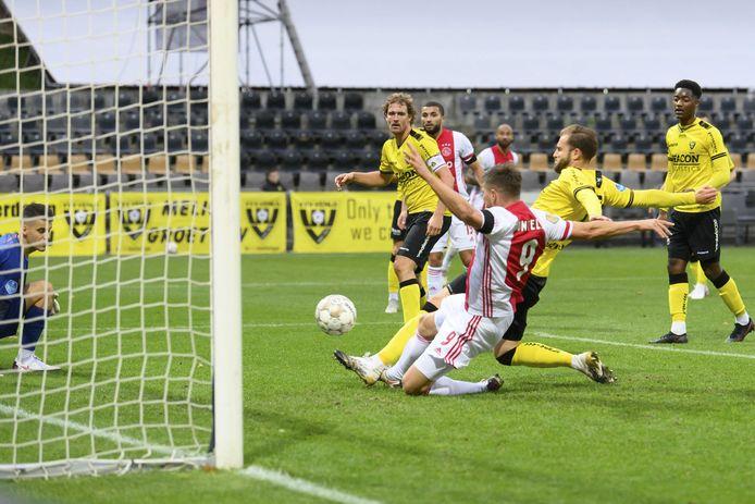 Klaas Jan Huntelaar of Ajax scoort de 0-11 tijdens  VVV Venlo en Ajax.