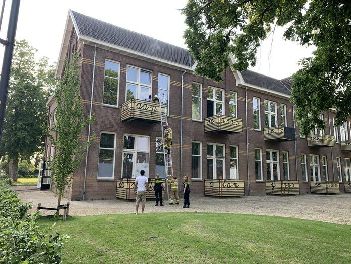 Moeder en kind worden door de brandweer van het balkon gered nadat er brand uitbrak in het appartement aan de Walstraat in Terborg.