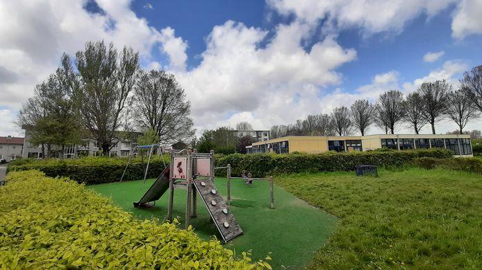 Op het oude schoolterrein aan de Fuutstraat in de Vogelbuurt komen ook woningen. De bewoners proberen het speelterreintje te behouden.