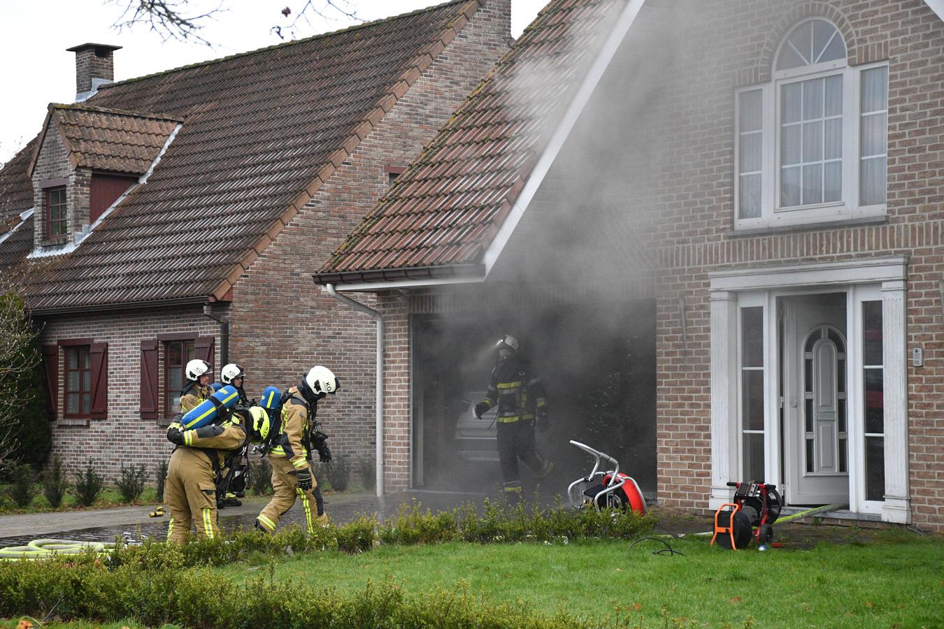 De brandweer blust een brand in een woning aan de Reepkenslei 33 in Kontich.