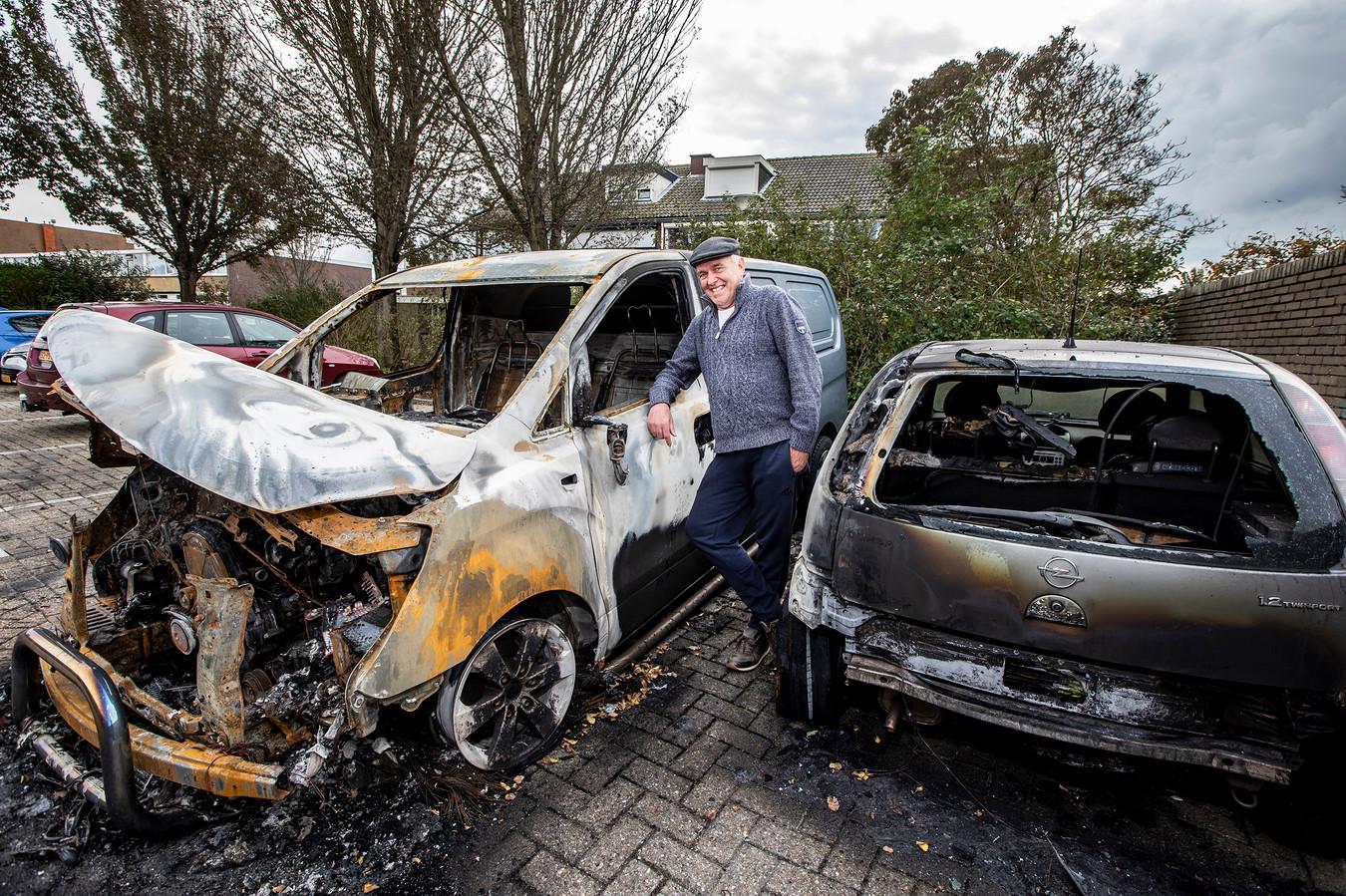 Harold van der Kruijk bij zijn uitgebrande voertuigen.