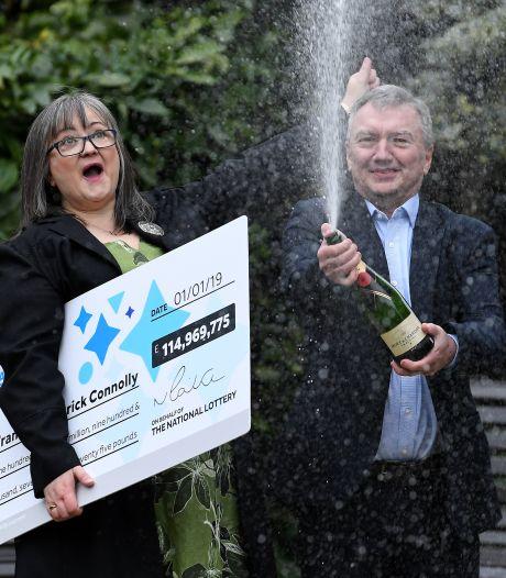 Bizar: echtpaar geeft helft van 126 miljoen euro weg na winnen loterij