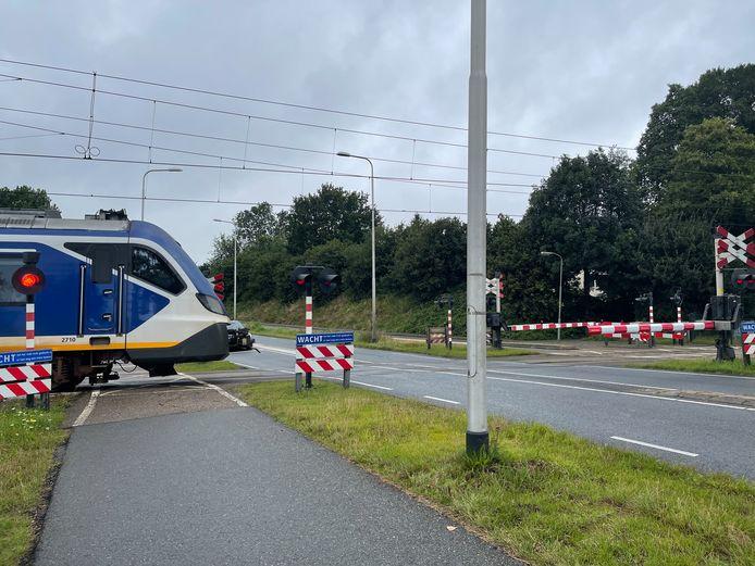 Volgens ProRail raakte de vrachtwagen die een spoorboom stuk reed in Nijkerk de passerende trein net niet.