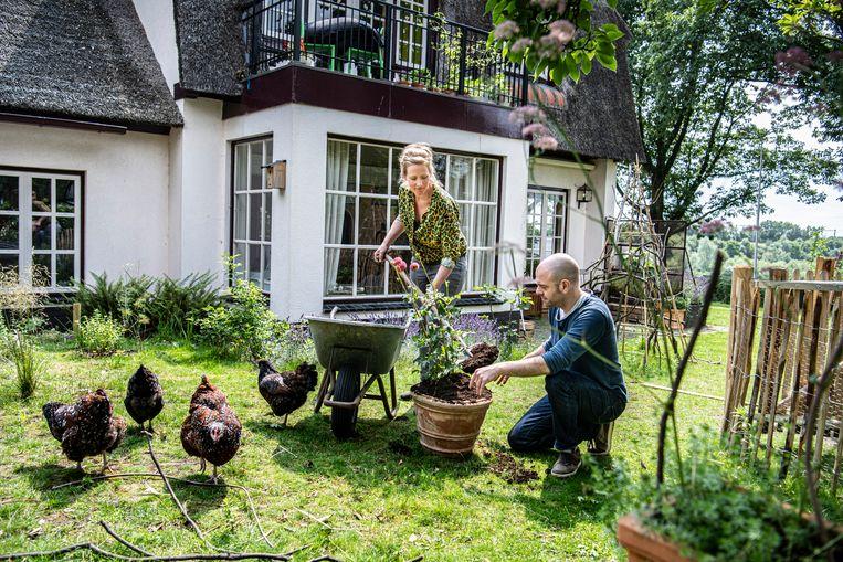 Karin Bodewits en Philipp Gramlich maken zich hard voor een verbod op het gebruik van turf in potgrond. Beeld Koen Verheijden