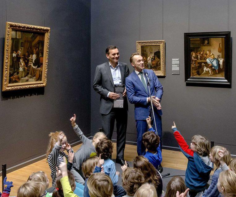 Sander van der Laan (links), AH-directeur, en Pijbes presenteren in 2014 de speculaaspop uit het Sinterklaas-assortiment van het Rijks. Beeld ANP