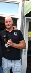 Wim Muller, kastelein van Curnonsky, heeft bij zijn afscheid een fles whisky gekregen van zijn vaste gasten
