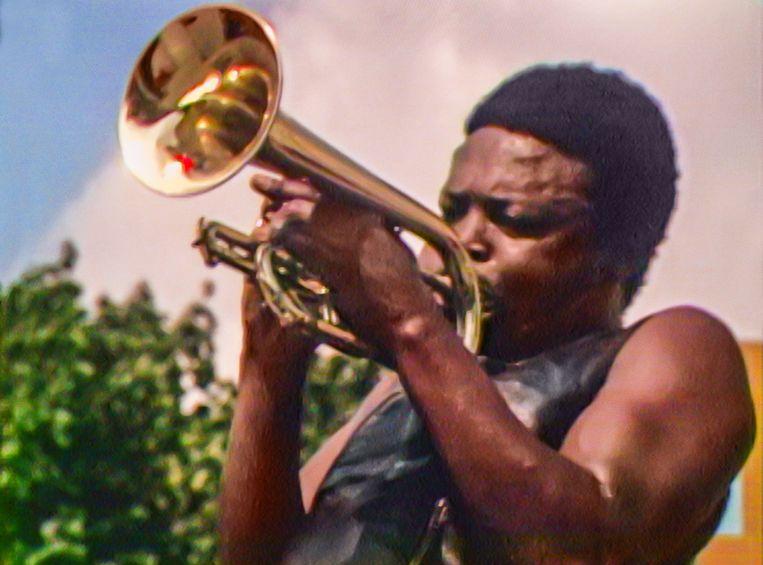 Kornetspeler Hugh Masekela op het Harlem Cultural Festival. Beeld Searchlight Pictures/20th Century Studios