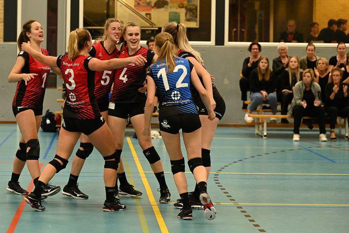 De volleybalsters van Activia vieren een punt tegen Keistad dat met 3-1 werd verslagen.