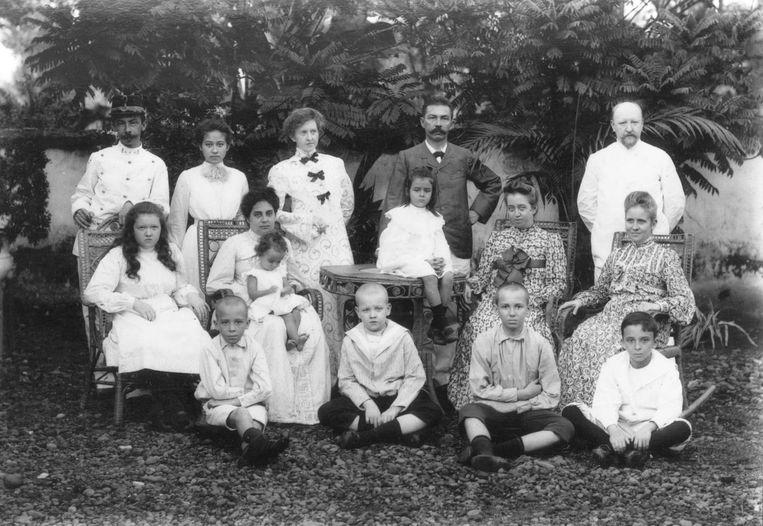 De familie Van Haeften in Nederlands-Indië, 1904. Marijke's vader zit links op de grond. Rechts in het midden haar oma Beeld -
