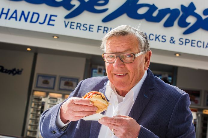 Jan de Kort, de wegbereider en ongekroonde koning van de Tilburgse snackcultuur, met in zijn handje een Broodje Jantje voor de zaak aan het Pieter Vreedeplein (die nu stopt). De Bonheur Horeca Groep kocht in 2005 het beeldmerk en receptuur.
