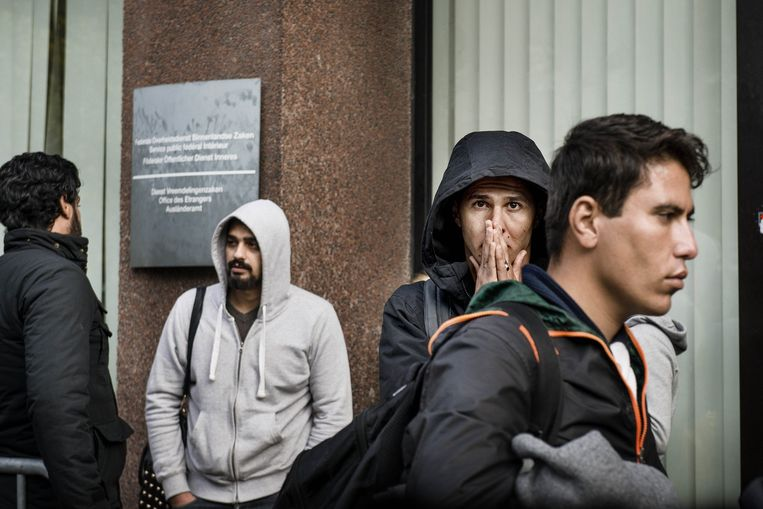 Asielzoekers in de rij voor een aanvraag bij de Dienst Vreemdelingenzaken.