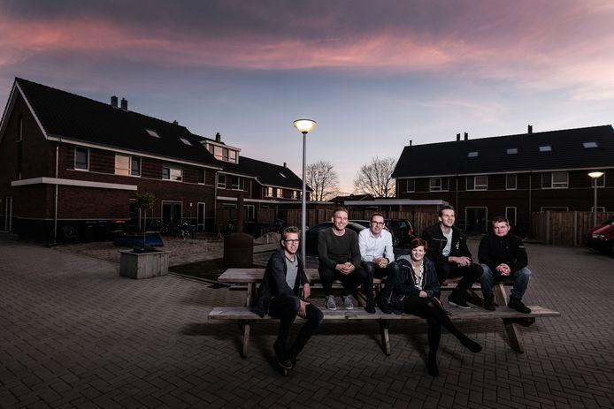 Harrevelders Dorus Wolters, Robin Hogenkamp, Ivo Kampshof, Anouk Beekhuis-Kampshof, Roel Kolkman en Jouke Domhof (vlnr.).