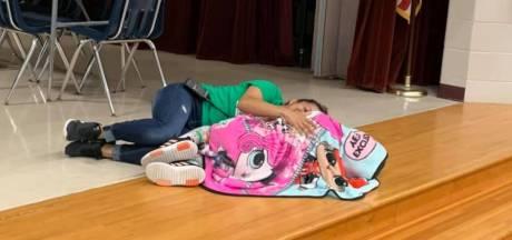 La photo touchante: une surveillante s'allonge à côté d'une fillette autiste au milieu de la cafétéria
