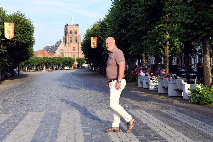 Albert Smit, weggestuurd bij Keerpunt'74, op de Markt in Geertruidenberg.