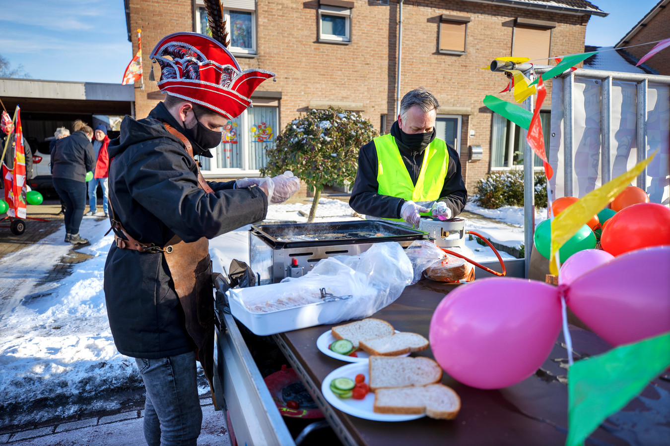 Carnavalsstichting De Heiknuuters verzorgt een carnavalsontbijtje op de stoep bij een van de deelnemers.