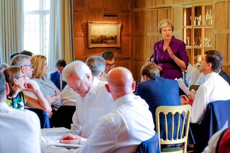 De Britse premier May spreekt op haar buitenverblijf Chequers tot leden van haar kabinet om tot een gezamenlijke strategie over het verloop van het Britse vertrek uit de Europese Unie te komen.  Beeld EPA