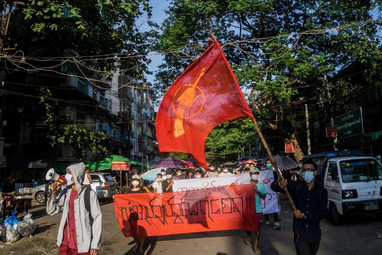 Een vreedzame protestmars in Yangon. Veel jongeren trekken ook naar het platteland om zich te wapenen tegen het militaire regime. Beeld AFP