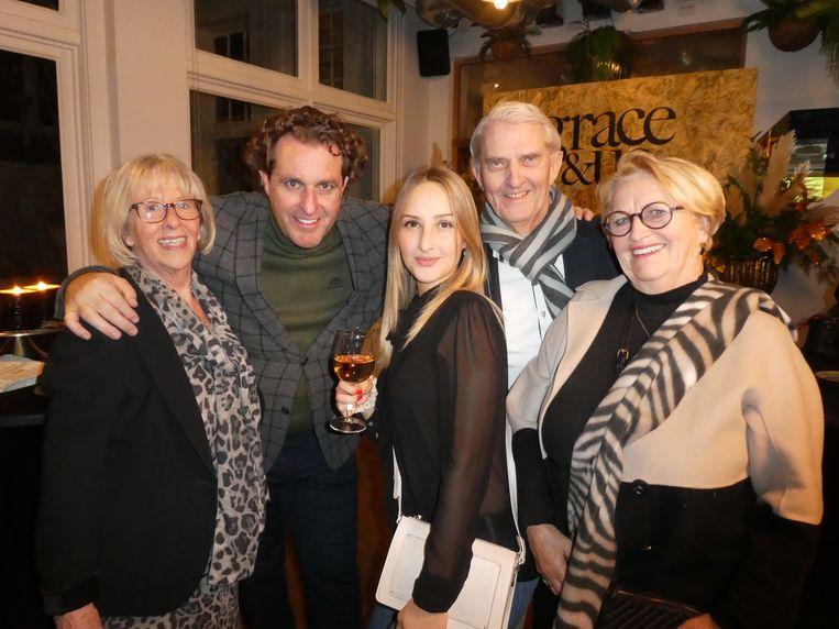 Familieportret: Jos Swinkels (moeder van Edwin), Edwin Smulders (fotograaf en echtgenoot), Rosalie de Vries (dochter van zus Nicole), en Henny en Lilian Voorveld (ouders van Anouk). Beeld Hans van der Beek