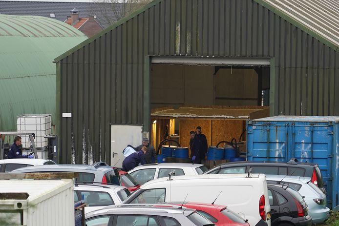 In een loods aan de Zandsteeg in Nieuwendijk werd op woensdag 2 december 2020 een drugslab ontdekt.