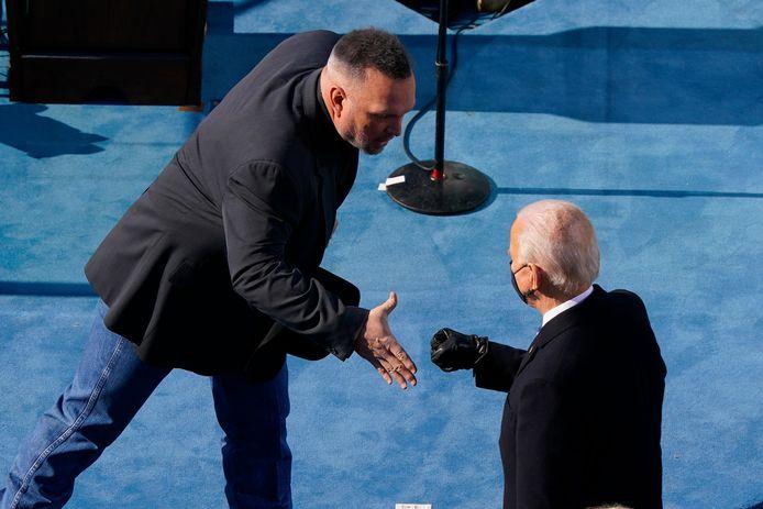 Verwarring wanneer zanger Garth Brooks Joe Biden een hand wil geven. Die laatste verkiest een vuistje.