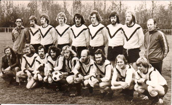 Het kampioensteam van DKB in 1975: bovenste rij van links naar rechts trainer R. Lugtmeier, K. Wolting, H. Brouwer, M. Dekker, J. Egberts, J. van Dijk, A. van Dijk, G. Benjamins en assistent-scheidsrechter J. Groen. Onderste rij van links naar rechts leider H. Eichner, W. Dekker, J. Fraterman, B. Arends, A.v.d. Wetering, aanvoerder H. Hommes, M. Huigen, D. Kerssies en A. Fraterman.