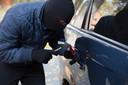 Zo werden auto's vroeger gestolen. Tegenwoordig zijn veel auto's veel moeilijker te stelen, tenzij ze over een keyless entry sleutel beschikken.