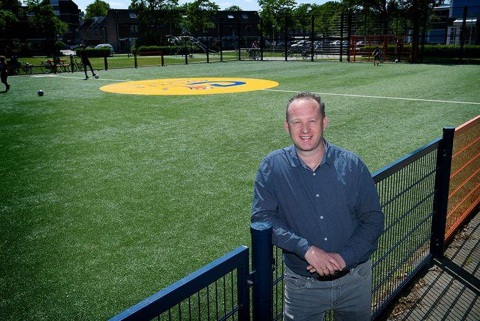 Arthur van Moorst, strateeg Sport bij de gemeente Dordrecht, op het Cruyff Court in de wijk Stadspolders.