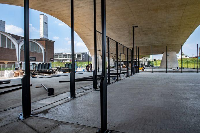 Tussen de sporters van CrossFit Waalfront en NYMA Outdoor Gym kan straks gepadeld worden. Onder stadsbrug De Oversteek verschijnen de eerste openbare padelbanen van de stad.