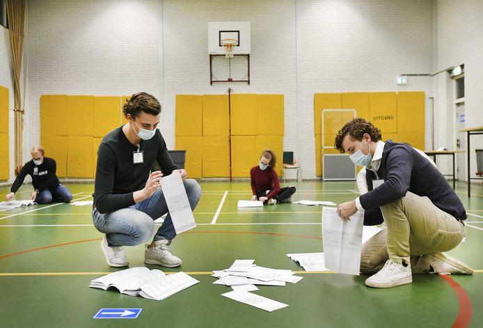 Stemmentellers aan het werk in het stembureau in middelbare school 2College Durendael na afloop van de herindelingsverkiezingen.