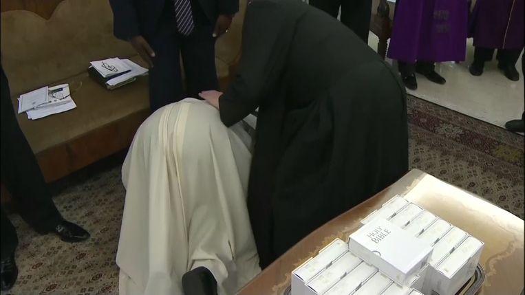 Paus knielt kust de voeten van zijn gasten