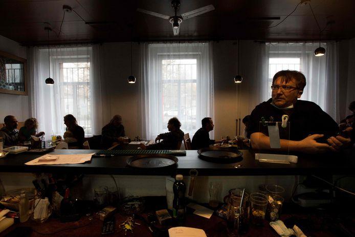 Jiri Janecek dans son pub, à Prague, le 23 janvier.