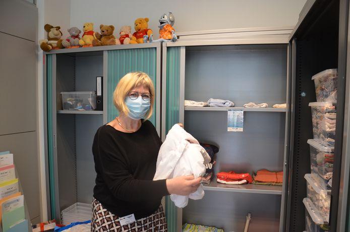 Vrijwilligster Martine in De Mangel, een ruilhuis voor kinderkleding.