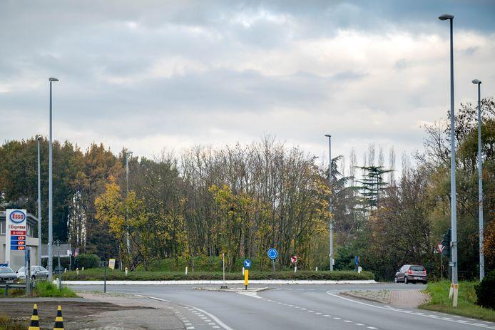 HEIST-OP-DEN-BERG Het rond punt op de kruising van de N10 met de N15 aan de voormalige dancing Fabiola