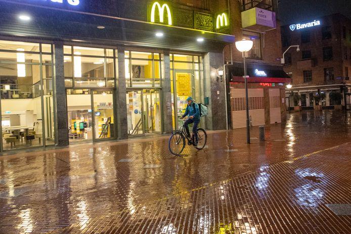 De avondklok is ingegaan. Op de Markt fietst maalttijdbezorger Casper van der Putten richting zijn laatste klus.