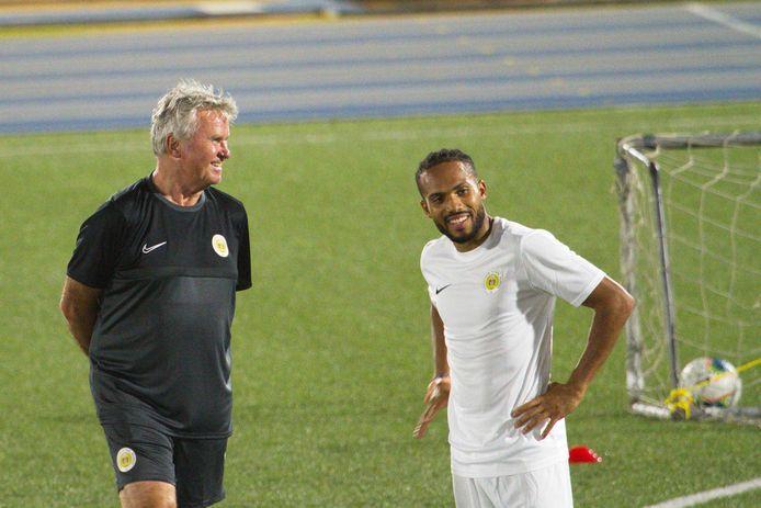 Guus Hiddink (links) tijdens de training van het nationale elftal van Curaçao.