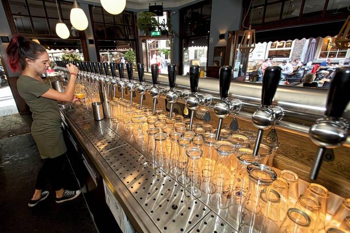 Café Zeezicht heeft sinds deze week dertig tapkranen die vast zitten aan één lange zuil. foto johan wouterts/pix4prof